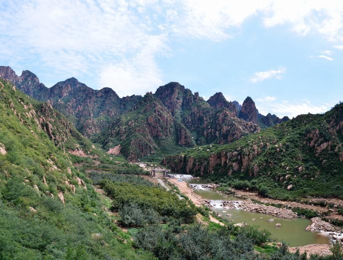 冰塘峪大峡谷风景区位于大新寨镇梁家湾村.